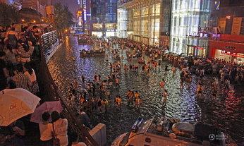 พายุฝนกระหน่ำ เมืองซีอานเจอน้ำท่วมขังรอการระบาย