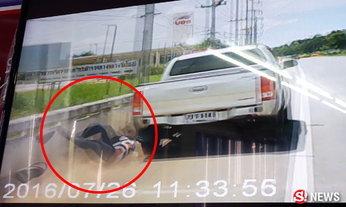 ภาพระทึก! นาทีตำรวจตามไล่แก๊งยา พลัดร่วงตกจากรถ
