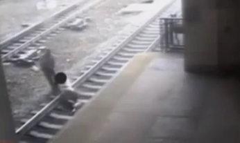 วินาทีชีวิต ตำรวจช่วยหนุ่มหวิดถูกรถไฟชนแบบเฉียวฉิว