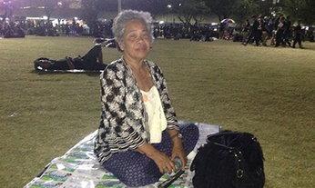 คุณยายวัย 72 นอนค้างสนามหลวง รอแสดงความอาลัย