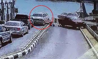 คลิประทึก ฟอร์จูนเนอร์คันเร่งค้าง พุ่งชนรถจอดรอขึ้นแพที่สงขลาเสียหายหลายคัน