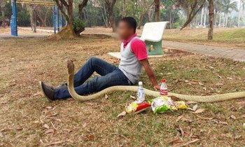 ชาวเน็ตอึ้ง! ชายใช้ชีวิตกับงูเห่า เชื่อเป็นแฟนสาวกลับชาติมาเกิด
