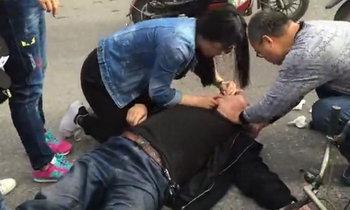 นาทีชีวิต! ชายชราล้มหมดสติกลางถนน หญิงทำซีพีอาร์ช่วยแต่ไม่รอด