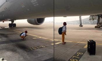 หนุ่มสาวจีนตกเครื่อง ทำปั่นป่วน..วิ่งขวางทางรันเวย์