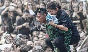 ปลัดกลาโหม ยกย่อง พลทหาร แบกสาวเป็นลมที่สนามหลวง