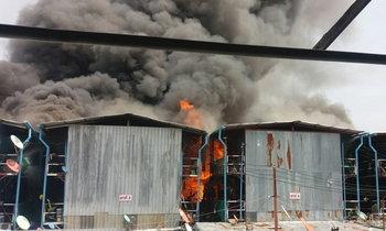ไฟไหม้แคมป์คนงาน ย่านพระราม 3 เพลิงลุกโหมรุนแรง