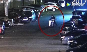 หนุ่มส่งอาหารตกใจ เจอเด็กน้อย 2 ขวบ เดินร้องไห้หาพ่อแม่บนถนนกลางดึก