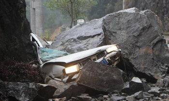 สลด! หินถล่มทับเก๋งในจีน รถพังยับคนขับดับคาที่