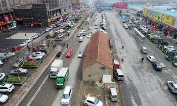 เด่นเห็นแต่ไกล! บ้านเดี่ยว 10 ห้องกลางถนนในจีน