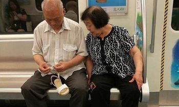 รักเราไม่เก่าเลย คุณยายรองเท้าหลุด คุณตาซ่อม-ก้มใส่ให้