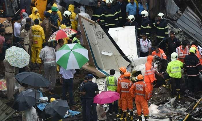 เครื่องบินเล็กตกกลางไซต์งานก่อสร้างในมุมไบ เสียชีวิต 5 ราย