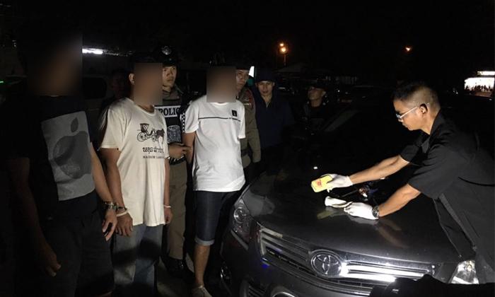 รวบเซียนไก่ชื่อดังเมืองรถม้า หลังซิ่งเก๋งหรูนัดรับยาบ้าในลานจอดรถร้านหมูกระทะ