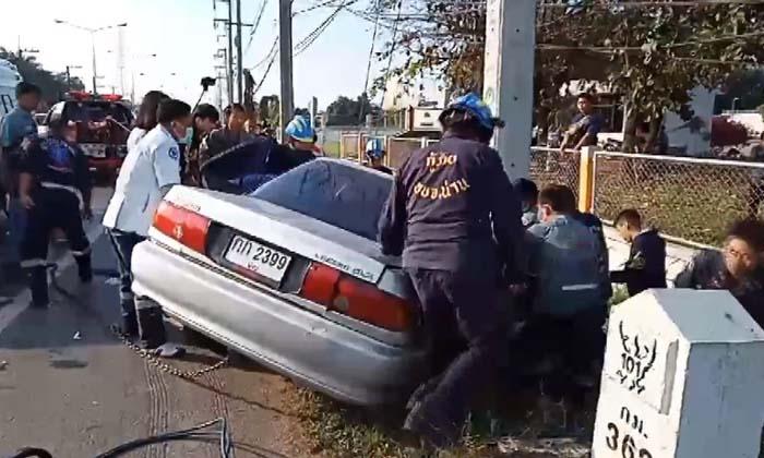 หมอกเป็นเหตุ-รถเก๋งชนเสาไฟฟ้า พระและคนขับบาดเจ็บสาหัส