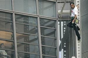 สไปเดอร์แมนน้ำหอมสิ้นท่า! ถูกจับหลังปีนตึกระฟ้าออสเตรเลีย
