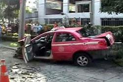 แท็กซี่ชนท้ายเก๋ง ก่อนซิ่งหนีพุ่งตกทางด่วน