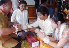 """จาพนม จูงมือ บุ้งกี้ เข้าพิธี """"ซัตเต"""" ที่บ้านเกิด"""