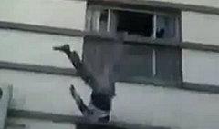 คลิปสยองโยนศพศัตรูลงตึกต่อหน้าฝูงชนที่ซีเรีย