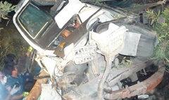 รถบรรทุกสิบล้อขนเครื่องเล่นสวนสนุก ซิ่งเสยเสาไฟฟ้า ตาย 2 เจ็บ 2