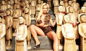 ชาวพุทธโวย! นางแบบแม็กซิม เปลือยอกถ่ายคู่พระพุทธรูป