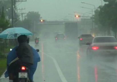 ฝนกระหน่ำกรุงอุบัติเหตุหลายจุดเตือนขับขี่ระวัง