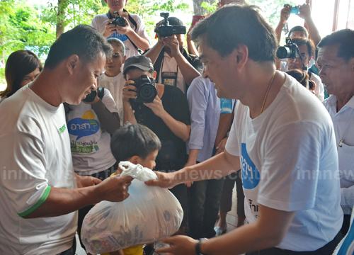 ผู้นำฝ่ายค้านตรวจสถานการณ์น้ำท่วมสามโคก