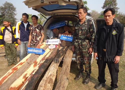 ตำรวจ - ทหาร ยึดไม้พะยูงค่า 8 แสนบาท