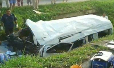 รถตู้ขนเขมรซิ่งเสียหลักตกร่องน้ำ เด็ก 2 ด. ดับอนาถ