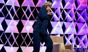 """ฮือฮา หญิงแสบปารองเท้าใส่ฮิลลารี คลินตัน หวิดถูกหัว เจ้าตัวขำ-ไม่เครียด""""แกล้งเล่นมุกตลก"""