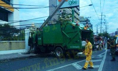 รถเก็บขยะชนเสาไฟฟ้าล้มขวางถนน ดับทันที 1 ศพ
