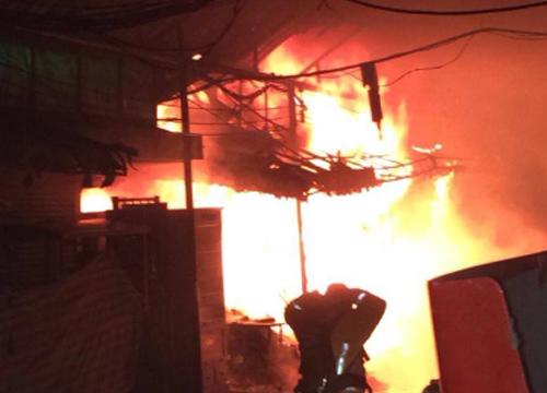 ตร.ตรวจร้านไฟไหม้จตุจักรคาดต้นเพลิงจากร้านผ้า