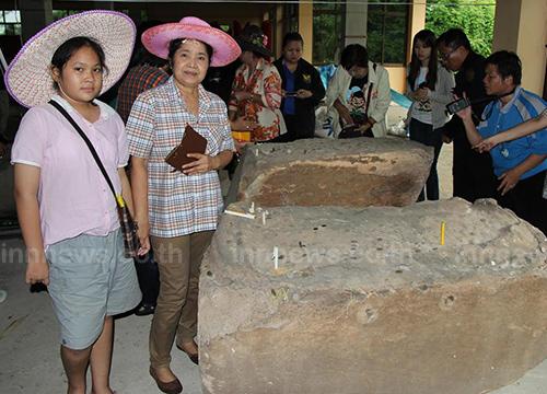 นักท่องเที่ยวเดินทางสักการะรอยพระพุทธบาท ที่ประทับบนแท่นหินทรายขนาดใหญ่ น้ำหนักกว่า 1 ตัน