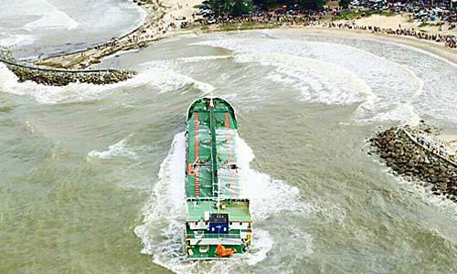 หวั่นคลื่นลมแรง! ซัดเรืออินโดฯ กระแทกโขดหิน