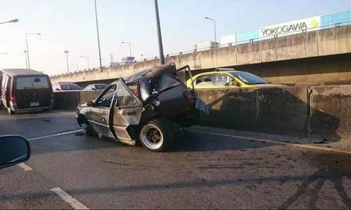รถตู้ไม่เห็น! พุ่งชนหนุ่มรถเก๋งเสีย ร่างตกสะพานดับ