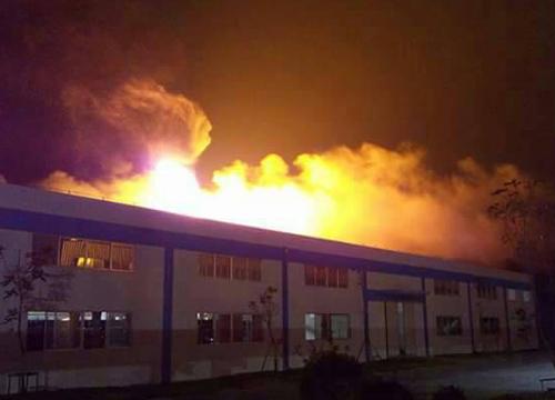 ไฟไหม้โรงงานยางระยองยังคุกรุ่น-ฉีดน้ำเลี้ยงป้องลุกลาม