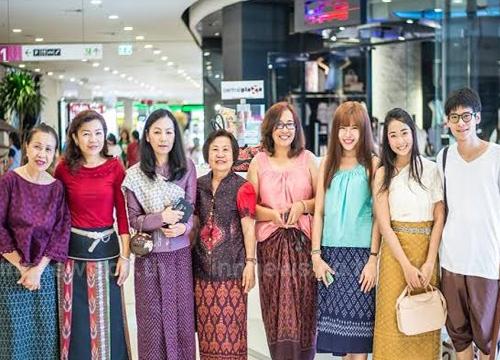 ชาวขอนแก่นร่วมแต่งชุดไทยเดินห้างสรรพสินค้า