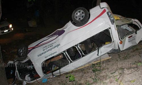 รถตู้เสียหลักชนต้นไม้กำแพงเพชร ตาย 4 เจ็บ 5