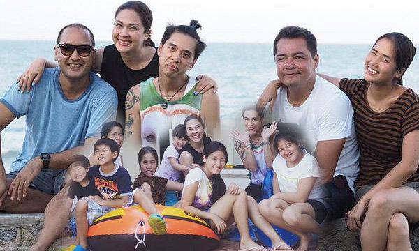 ภาพน่ารัก 2 ครอบครัวเฮฮาปาร์ตี้ริมทะเล