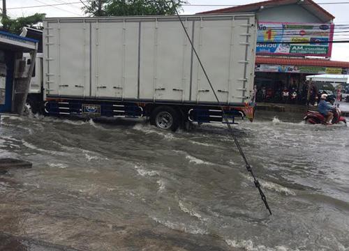 ชลบุรีฝนตกหนักน้ำท่วมหลายจุดในตัวเมือง