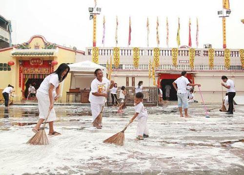 ชาวภูเก็ตทำความสะอาดศาลเจ้ารับเทศกาลเจ
