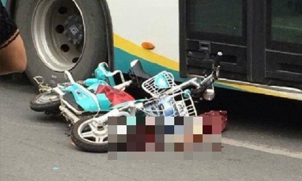 สุดเศร้า! สาวจีนขี่จยย.ถูกแท็กซี่เปิดประตูชนล้ม รถเมล์เหยียบซ้ำตายอนาถ