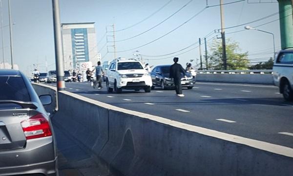 นักเรียนช่างแค้น ยกพวกยิงอลหม่านกลางถนน ตาย 1 เจ็บ 1