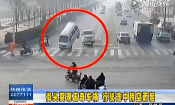 ภาพระทึก เก๋งเมืองจีนลอยกลางอากาศ ร่ำลือเป็นเรื่องลี้ลับ