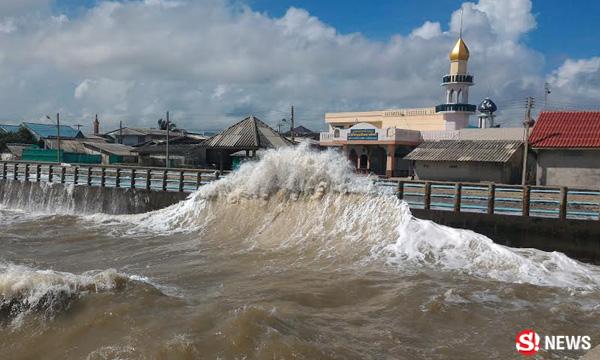 คลื่นลมทะเลแรง ซัดถล่มเมืองคอน จ่อประกาศพื้นที่ภัยพิบัติ