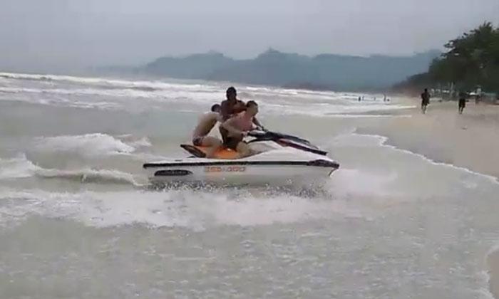 สุดระทึก! เจ็ตสกีฮีโร่เกาะสมุย ซิ่งฝ่าคลื่นสูง 2 เมตร ช่วย 3 นักท่องเที่ยวกำลังจมน้ำ (คลิป)
