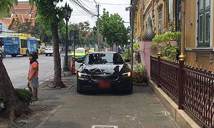 วิจารณ์ยับ! ผู้ปกครองโรงเรียนดังจอดรถหรูบนฟุตบาธ