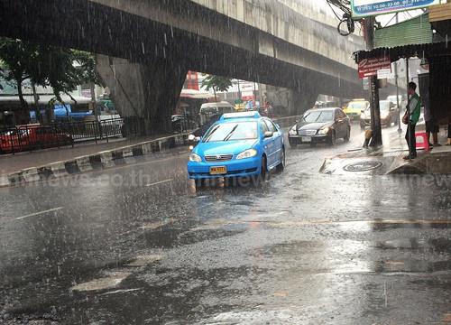 กทม.ปริมณฑลมีฝนน้ำท่วมขังหลายพื้นที่-จร.ติดหนัก