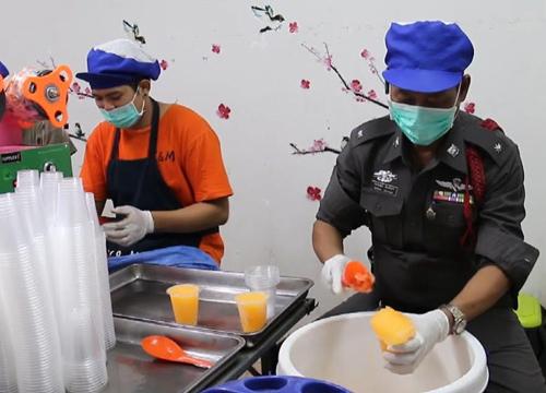 ตร.ลพบุรีสู้ชีวิตทำน้ำส้มเกล็ดหิมะขายสร้างได้