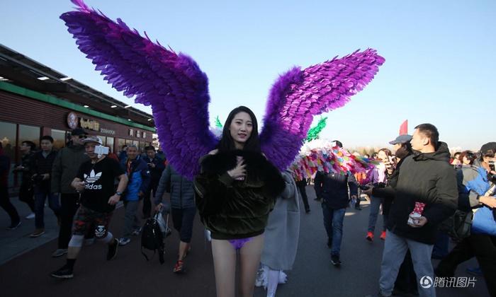 ชายหญิงจีนสุดมั่น สลัดเสื้อผ้าทิ้งแต่งตัวแปลกแหวกแนววิ่งกึ่งเปลือย