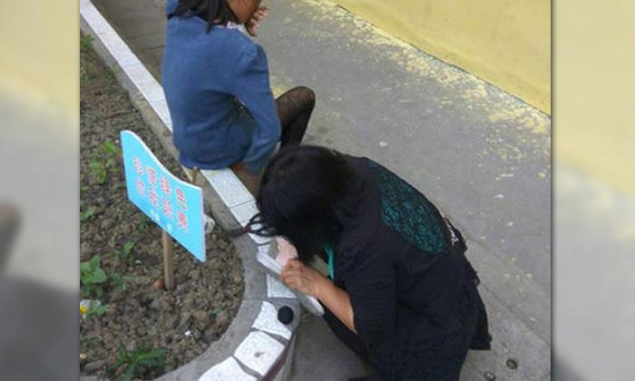 ทั้งซึ้งทั้งเศร้า ครูจีนนั่งซ่อมรองเท้าให้นักเรียนถูกทอดทิ้ง