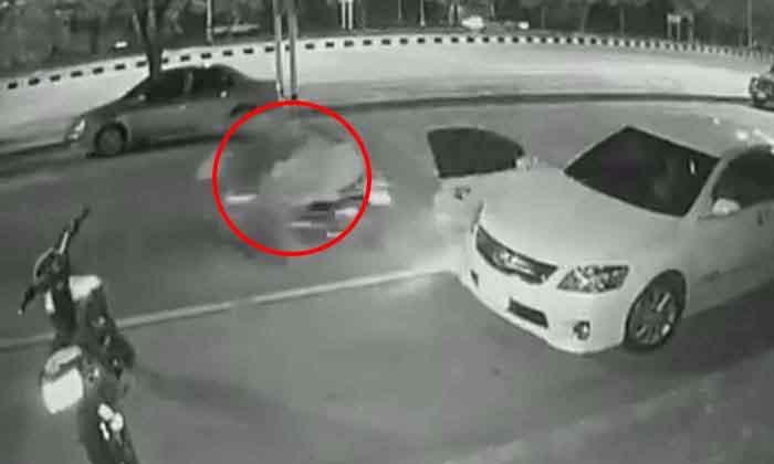 อุทาหรณ์! หนุ่มเปิดประตูลงมาจากรถ ถูก จยย. ชน